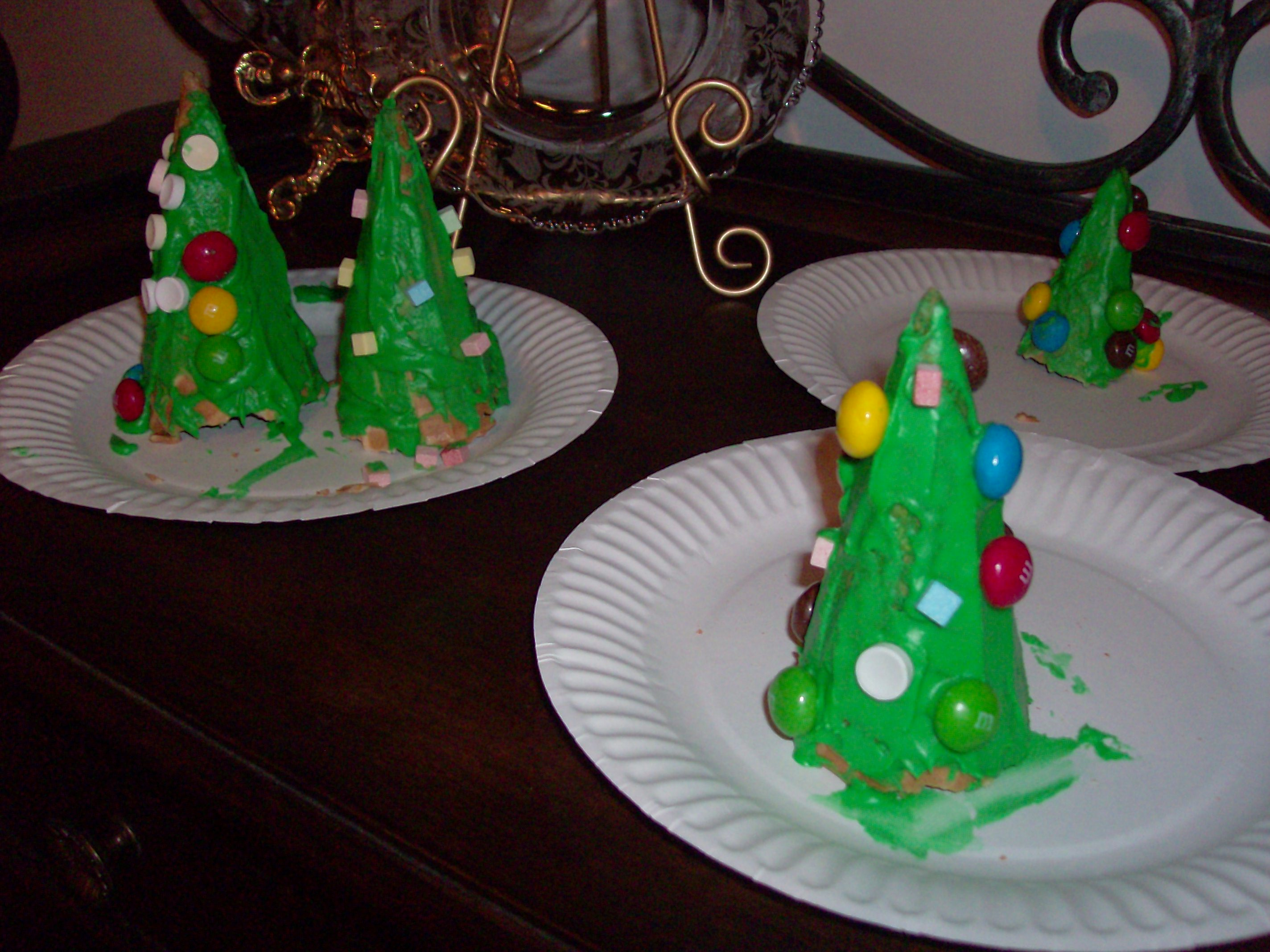 Kids craft edible christmas tree cones mommysavers for 2 year old christmas ornaments crafts
