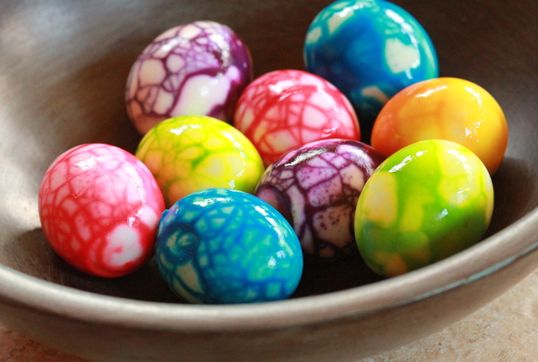 Decorating Easter Hard-Boiled Eggs:  Crackled Effect